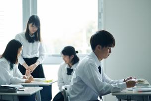 教室で休み時間を過ごす高校生の写真素材 [FYI01822616]