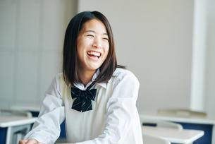 教室で笑顔の女子高生の写真素材 [FYI01822617]