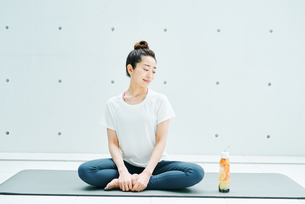 リラックスした表情で座る女性の写真素材 [FYI01822621]
