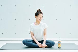 リラックスした表情で座る女性の写真素材 [FYI01822623]