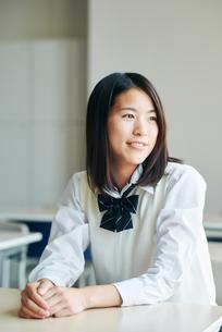 教室で笑顔の女子高生の写真素材 [FYI01822625]