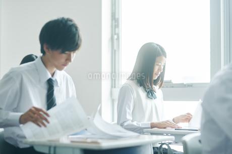 教室で模試を受ける男子高校生の写真素材 [FYI01822626]