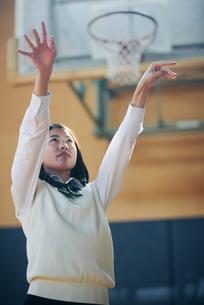 体育館でバスケットボールをしている女子高生の写真素材 [FYI01822628]