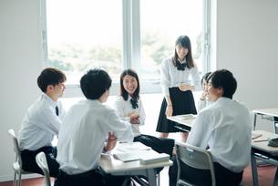 休み時間に教室で雑談する高校生の写真素材 [FYI01822636]