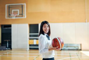 体育館でバスケットボールをしている女子高生の写真素材 [FYI01822638]