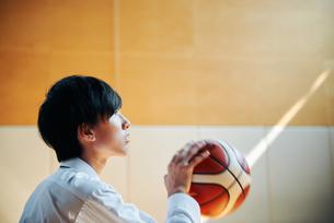 放課後にバスケをする男子高校生の写真素材 [FYI01822644]