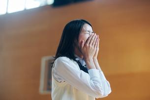 体育館で笑顔の女子高生の写真素材 [FYI01822648]