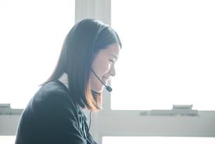 教室でパソコンを操作している女子高生の写真素材 [FYI01822650]