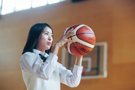 体育館でバスケットボールをしている女子高生の写真素材 [FYI01822655]