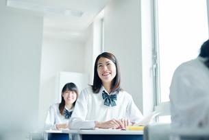 教室でを授業を受ける女子高校生の写真素材 [FYI01822657]
