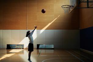 体育館でバスケットボールをしている女子高生の写真素材 [FYI01822658]
