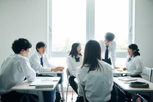 教室で談笑する高校生の写真素材 [FYI01822660]