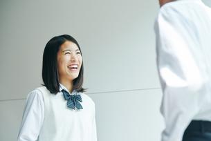 踊り場で話す男女の高校生の写真素材 [FYI01822676]