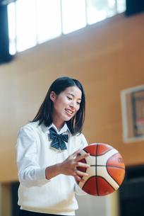体育館でバスケットボールをしている女子高生の写真素材 [FYI01822697]