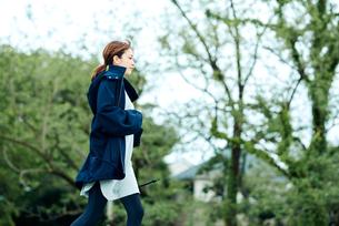 ランニングをする若い女性の写真素材 [FYI01822702]