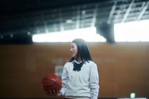 体育館でバスケットボールをしている女子高生の写真素材 [FYI01822715]