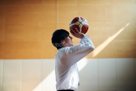 放課後にバスケをする男子高校生の写真素材 [FYI01822717]