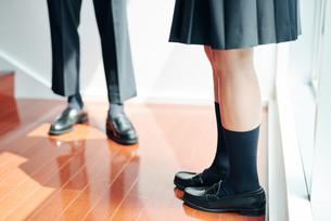 踊り場で話す男女の高校生の足元の写真素材 [FYI01822721]