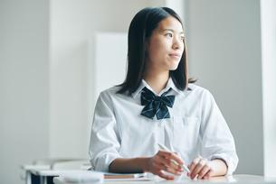 教室で勉強している女子高生の写真素材 [FYI01822724]