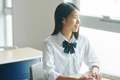 教室で勉強している女子高生の写真素材 [FYI01822732]