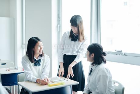 教室で雑談する女子高生の写真素材 [FYI01822744]