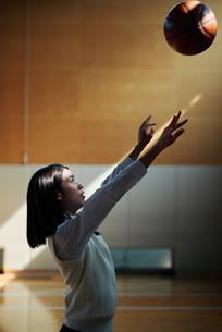 体育館でバスケットボールをしている女子高生の写真素材 [FYI01822747]