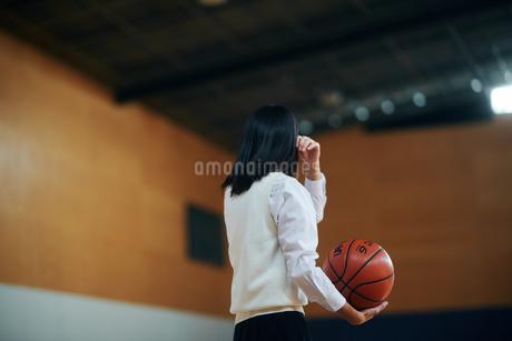 体育館でバスケットボールをしている女子高生の写真素材 [FYI01822762]
