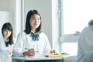 教室でを授業を受ける女子高校生の写真素材 [FYI01822763]