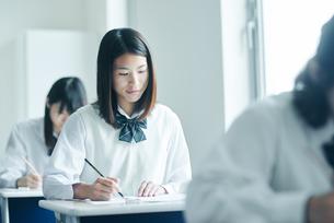教室で模試を受ける女子高生の写真素材 [FYI01822764]