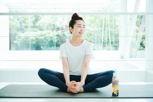 リラックスした表情で座る女性の写真素材 [FYI01822768]