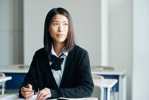 教室で笑顔の女子高生の写真素材 [FYI01822769]
