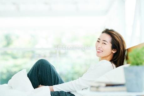 ベッドの上でリラックスする女性の写真素材 [FYI01822776]