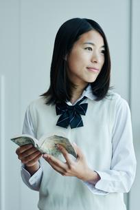 窓際で本を読む女子高校生の写真素材 [FYI01822780]