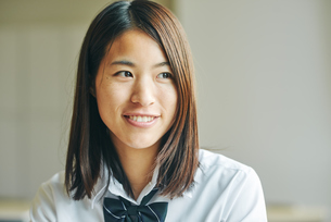 教室で笑顔の女子高生の写真素材 [FYI01822784]