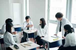 休み時間に教室で雑談する高校生の写真素材 [FYI01822788]