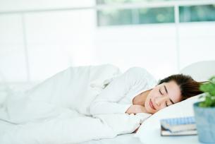 寝ている女性の写真素材 [FYI01822790]