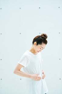 おなかに手を当てる女性の写真素材 [FYI01822813]