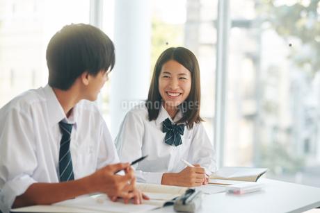 自習室で勉強をする男女の高校生の写真素材 [FYI01822824]