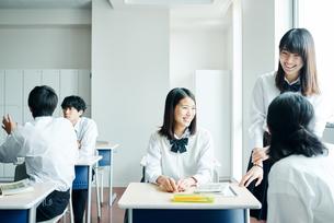 教室で雑談する高校高生の写真素材 [FYI01822841]