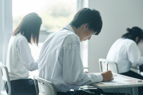 教室で模試を受ける高校生の写真素材 [FYI01822843]