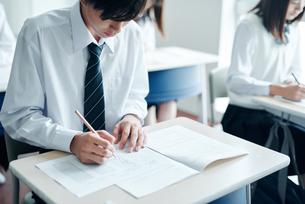教室で模試を受ける高校生の写真素材 [FYI01822852]