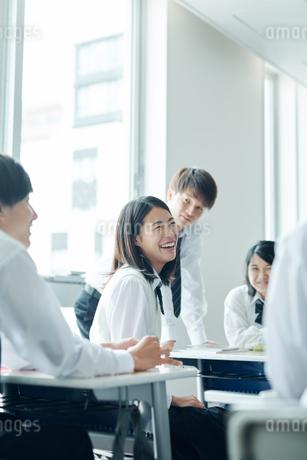 教室で談笑する高校生の写真素材 [FYI01822855]