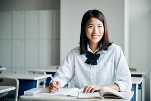 教室で勉強している女子高生の写真素材 [FYI01822870]