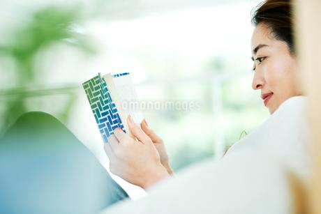 読書をする女性の写真素材 [FYI01822883]