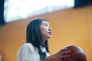 体育館でバスケットボールをしている女子高生の写真素材 [FYI01822890]