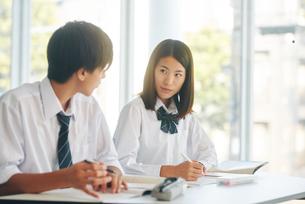 自習室で勉強をする男女の高校生の写真素材 [FYI01822898]