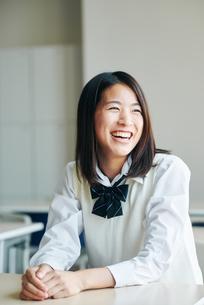教室で笑顔の女子高生の写真素材 [FYI01822918]