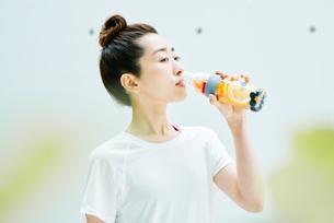 デトックスウォーターを飲む女性の写真素材 [FYI01822923]