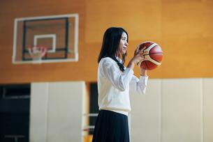 体育館でバスケットボールをしている女子高生の写真素材 [FYI01822925]