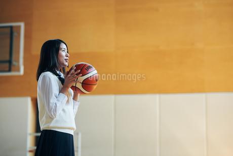体育館でバスケットボールをしている女子高生の写真素材 [FYI01822926]